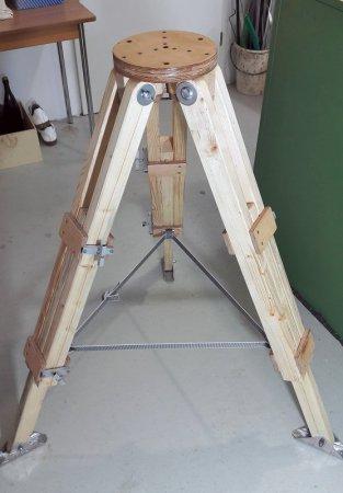 Und hier das Eigenbau-Stativ in ganzer Pracht: Die Beine sind voll ausgezogen