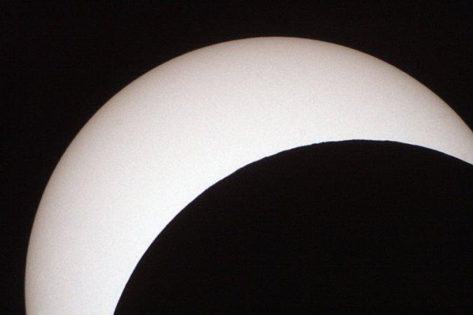 Sofi 2015 kurz vor der maximalen Bedeckung bei zwei Metern Brennweite. Man kann bereits die Unebenheiten der Mondoberfläche erkennen.