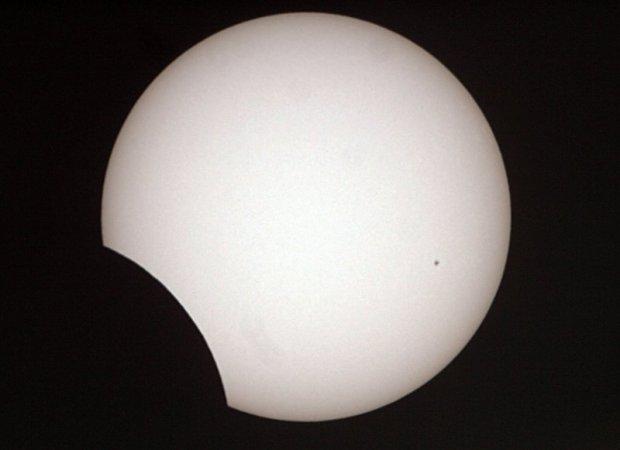 Der Mond schiebt sich immmer weiter vor die Sonne. Brennweite: ~1000mm.