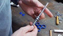Die Kugellager des Fidget Spinners werden auf M8 Gewindestangen befestigt.