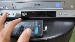 Mit Smartphone und IR-Sender lassen sich auch alte Geräte wieder steuern. Z.B. dieser VHS Rekorder.