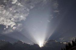 Gewitterfront schiebt sich langsam vor die Sonne.