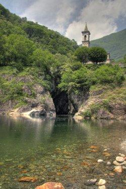 Die Kirche Sant Anna liegt hoch oben über einer Schlucht